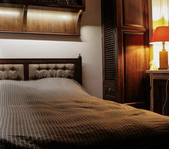 Stylowa sypialnia z drewna olchowego 1