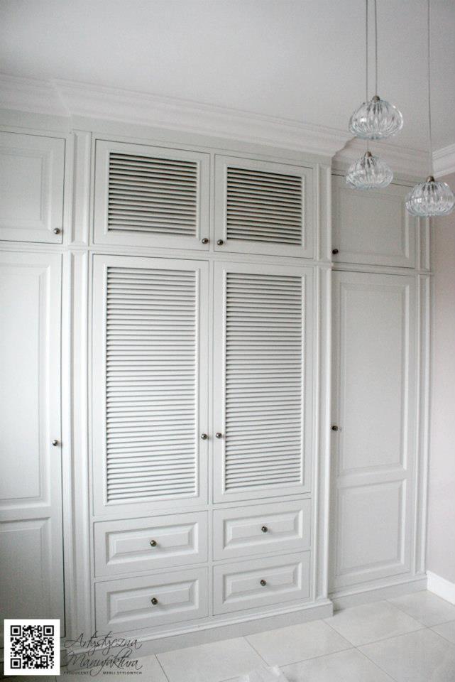 szafa wnękowa hol z żaluzjowymi ażurowymi drzwiami