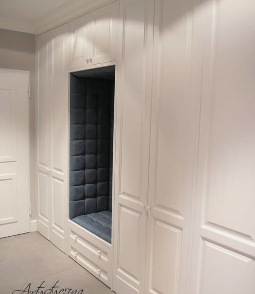Białe stylowe szafy wnękowe 2