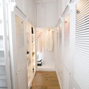Klasyczna biała garderoba - żaluzjowe fronty